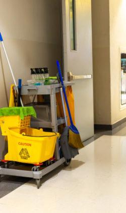 carro-herramientas-limpieza-espera-limpieza-o-limpiador