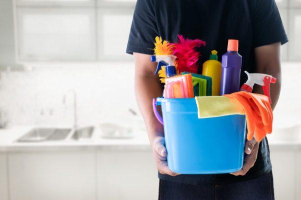 concepto-servicio-limpieza-hombre-limpio-herramientas-oficina_36325-1183